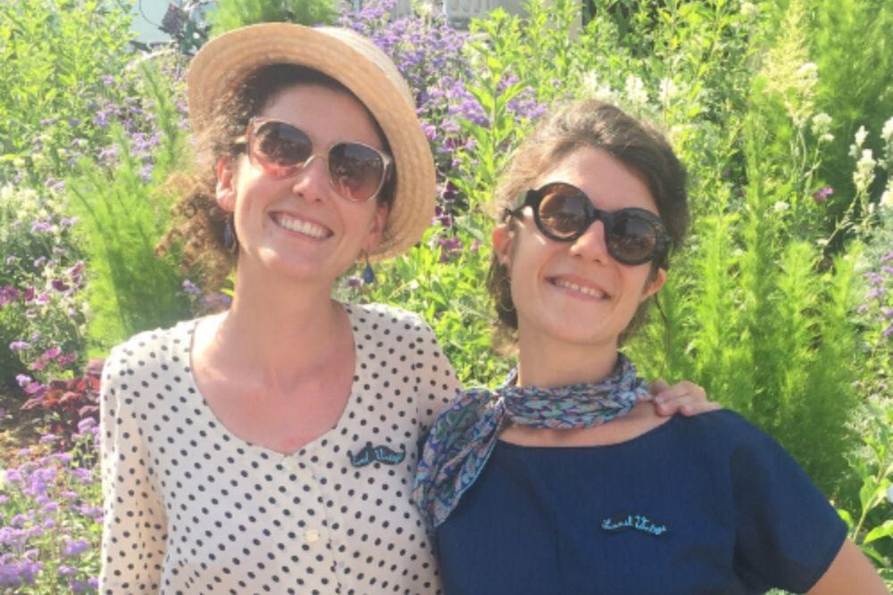 Pauline et Esla rénovent des montures de lunettes de soleil anciennes.