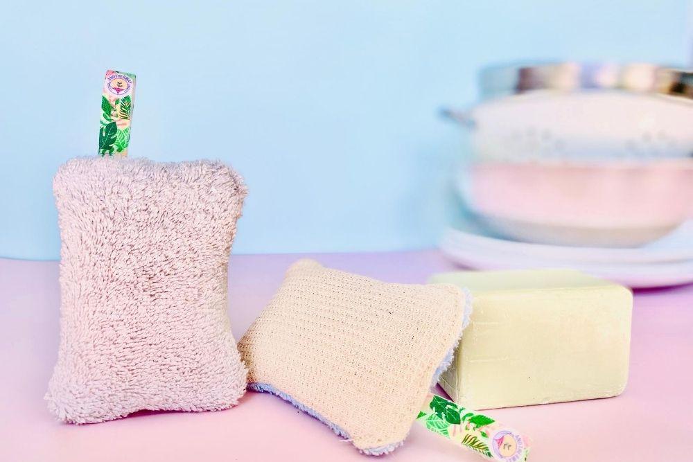 Une éponge réutilisable et un savon pour une vaisselle écologique