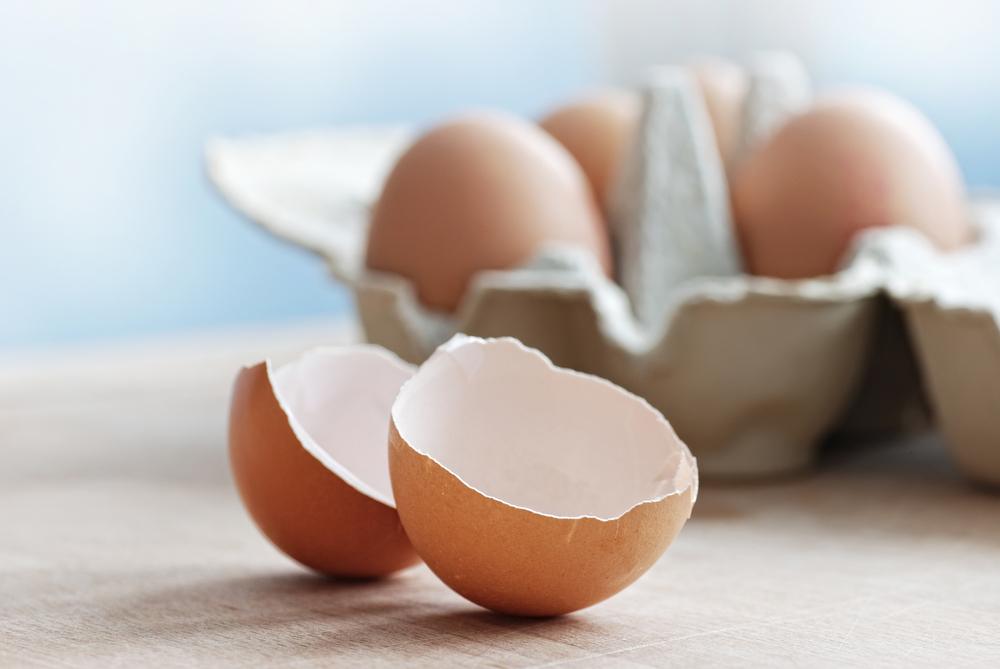 Les coquilles d'oeufs sont efficaces pour dégraisser la vaisselle.