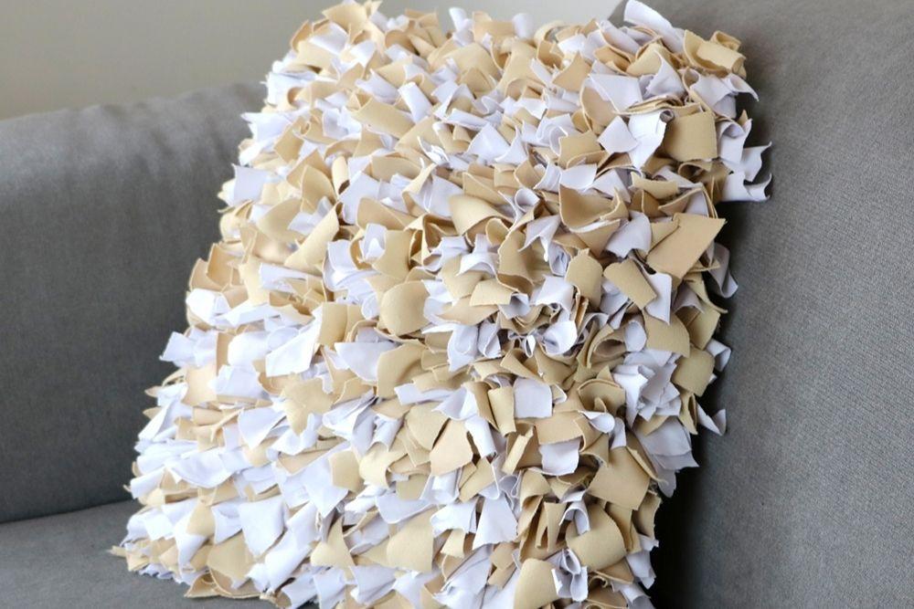 Tissé à la main, ce coussin est composé uniquement de chutes de tissu.