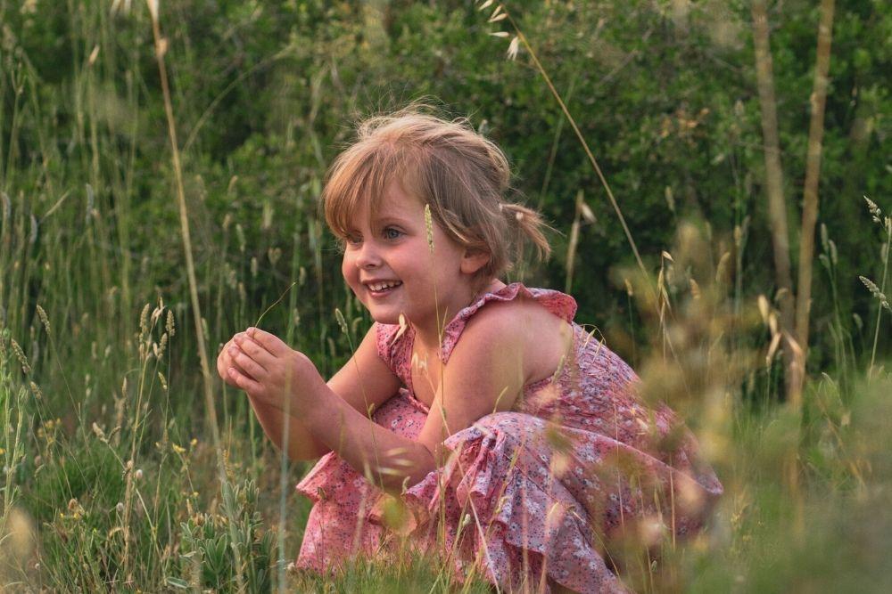 Des robes pour enfants fabriquées à partir d'anciennes robes.
