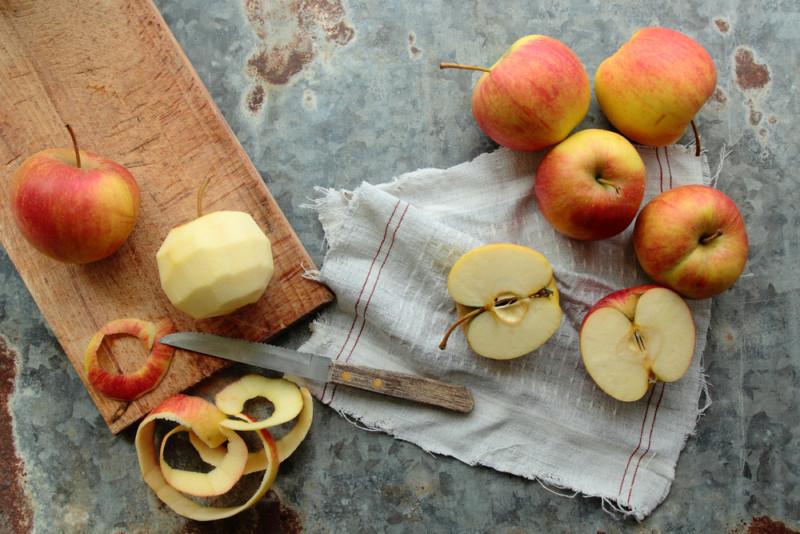 Astuces anti-gaspi : ce que vous pouvez faire avec les épluchures de pommes