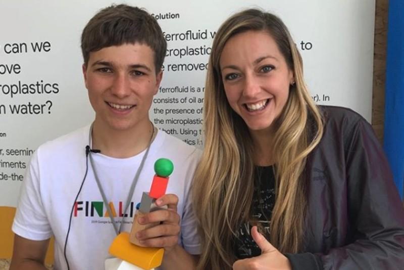 Un jeune Irlandais crée une méthode pour retirer les microplastiques de l'eau