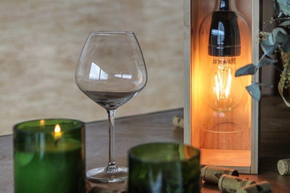 Septembres transforme les bouteilles de vin usagées en lampes.