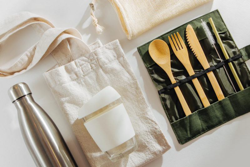 Bouteilles en plastique, vaisselle jetable, pailles : par quoi les remplacer ?