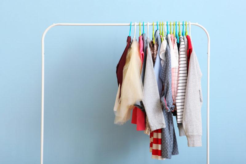 Enfants : que faire de leurs vêtements trop petits ou usés ?