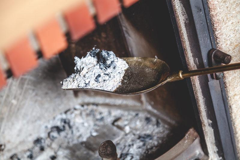 Pourquoi vous ne devriez pas jeter les cendres de votre cheminée